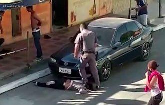 PM de SP pisa em pescoço de mulher negra e Olívia associa a caso Floyd